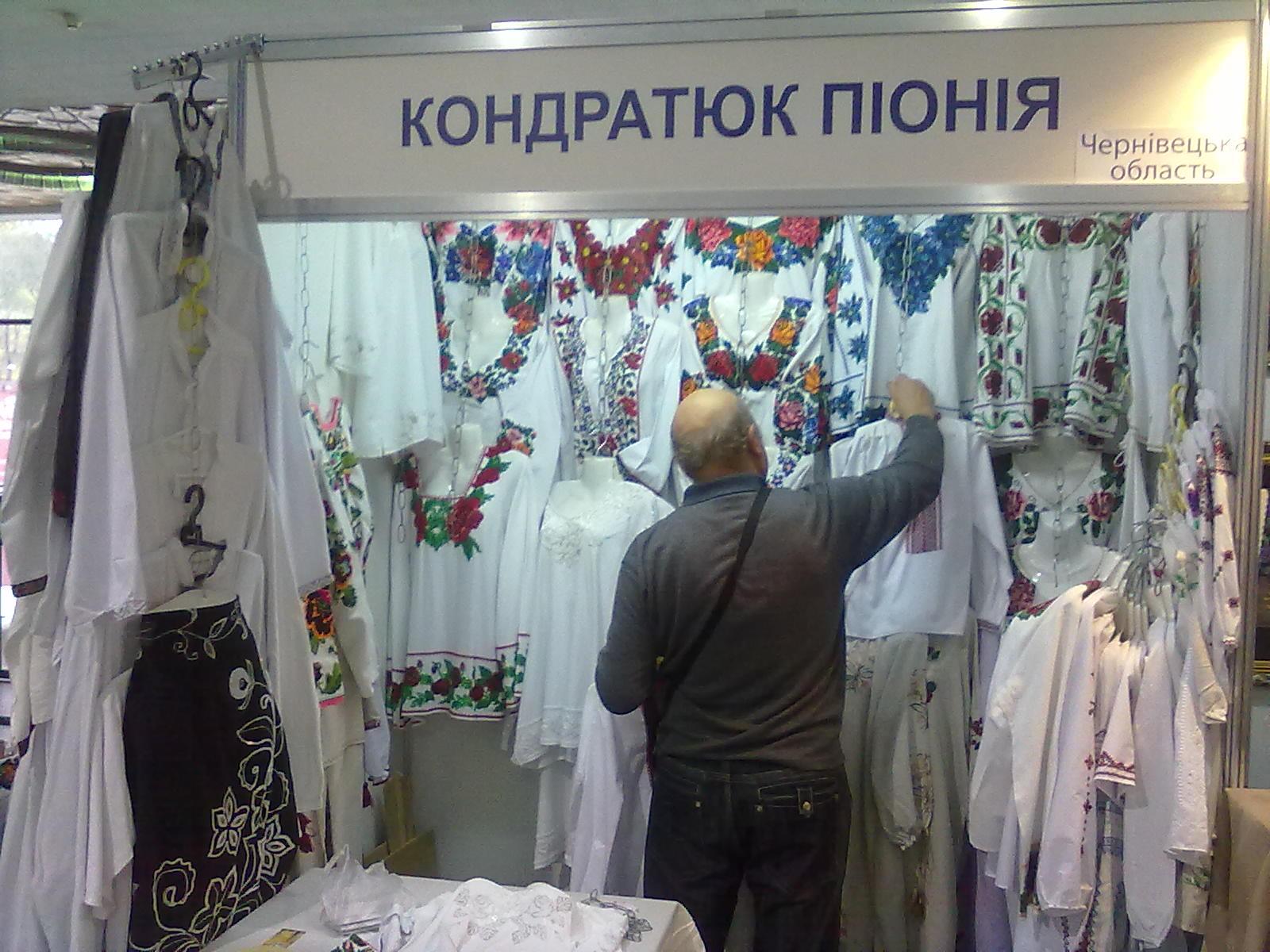 f81eb934a68a71 А далі до знайомства пристали представники полтавської вишивки. Небагато  робіт було «білим по білому», як це прийнято, проте сорочка «чорним по  чорному» ...