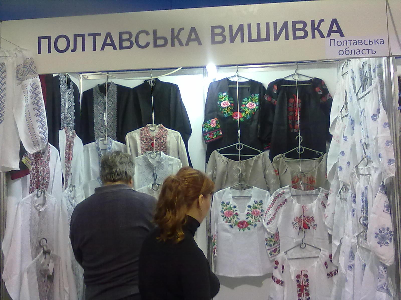 dd2a088343fbc3 ... пристали представники полтавської вишивки. Небагато робіт було «білим  по білому», як це прийнято, проте сорочка «чорним по чорному» насправді  здивувала.