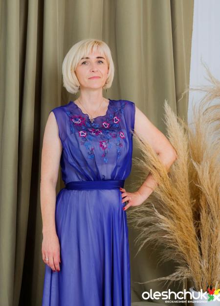 """Виконана двома техніками вишивки сукня """"Волошкове поле"""" чудово підійде у якості вечірнього вбрання."""