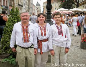 "<p><span style=""color: rgb(51, 51, 51); font-family: Arial, Verdana, Helvetica, sans-serif; font-size: 14px; line-height: 20.0063037872314px; text-align: center;"">На фото: сім'я Зінкевичів, чоловік у</span><a href=""http://oleshchuk.com/cholovichi-vyshyvanky/vyshyvanka-etno-modern-nova"" style=""outline: none; color: maroon; font-family: Arial, Verdana, Helvetica, sans-serif; font-size: 14px; line-height: 20.0063037872314px; text-align: center;"" title=""чоловіча вишиванка ручної роботи ""Етно-модерн"""">вишиванці ручної роботи ""Етно-модерн""</a></p>"
