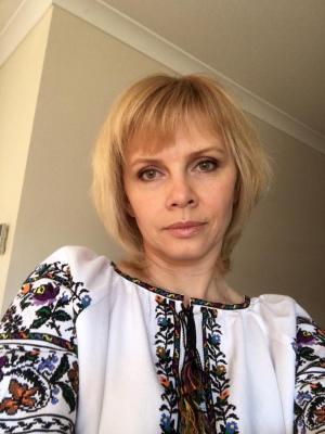 """<p>Людмила Петрокиенко в <a href=""""http://oleshchuk.com/ru/zhenskye-vyshyvanky/eksklyuzyv-vyshyvanka-cvetochnyy-vodovorot"""">вышиванке """"Цветочный водоворот""""</a></p>"""