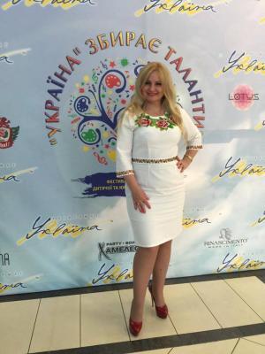 "<p>Наталія Шелепницька в <a href=""http://oleshchuk.com/vyshyti-plattya/plattya-vyshyte-biserom-try-sestry"">вишитому бісером платті ""Три сестри""</a></p>"
