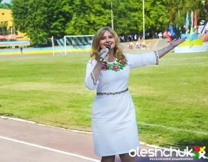 "<p>Заслужена артистка України, оперна співачка - Наталія Шелепницька у <a href=""http://oleshchuk.com/vyshyti-plattya/plattya-vyshyte-biserom-try-sestry"" title=""вишите бісером плаття &quot;Три сестри&quot;"">вишитому бісером платті ""Три сестри""</a></p>"
