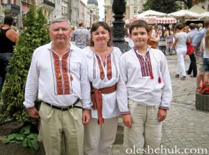 "<p><span style=""color: rgb(51, 51, 51); font-family: Arial, Verdana, Helvetica, sans-serif; font-size: 14px; line-height: 20.0063037872314px; text-align: center;"">На фото: семья Зинкевич, мужчина в</span><a href=""http://oleshchuk.com/ru/muzhskye-vyshyvanky/vyshyvanka-etno-modern-novaya"" style=""outline: none; color: maroon; font-family: Arial, Verdana, Helvetica, sans-serif; font-size: 14px; line-height: 20.0063037872314px; text-align: center;"" title=""мужская вышиванка ручной работы &quot;Этно-модерн&quot;"">вышиванке ручной работы ""Этно-модерн""</a></p>"